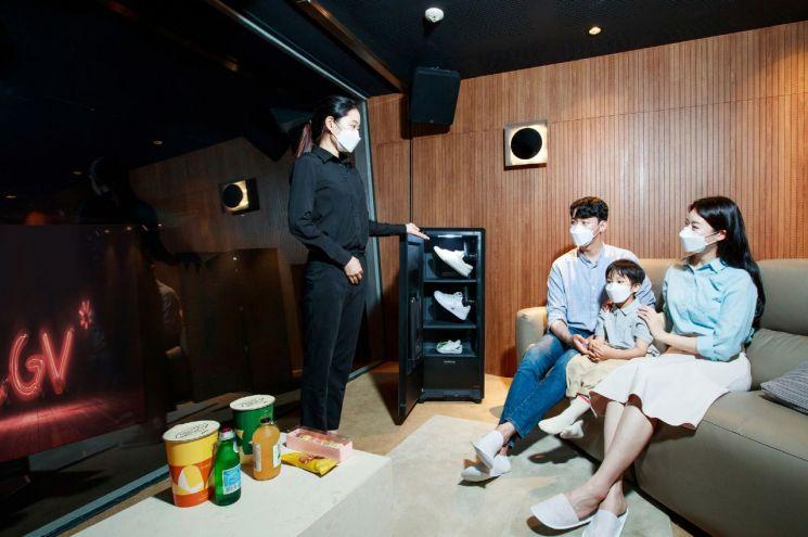 CGV 용산아이파크몰 '스카이박스' 상영관에서 관람객들이 삼성전자 신발관리기 '비스포크 슈드레서'를 체험하고 있다.(사진제공=삼성전자)