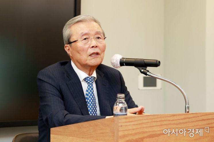 김종인 전 국민의힘 비상대책위원장이 21일 삼육대 백주년기념관 최고경영자강의실에서 '한국의 정치 현안과 대선'을 주제로 특강을 하고 있다.