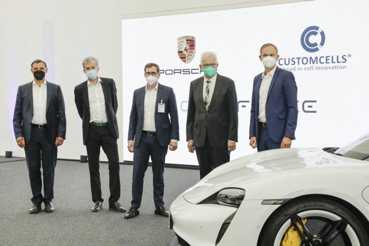 포르쉐 AG가 전기자동차(EV)용 고성능 배터리를 직접 생산하기 위해 독일의 리튬이온 배터리 전문업체인 커스텀셀과 합작법인 셀포스 그룹을 설립했다.  사진제공=포르쉐코리아