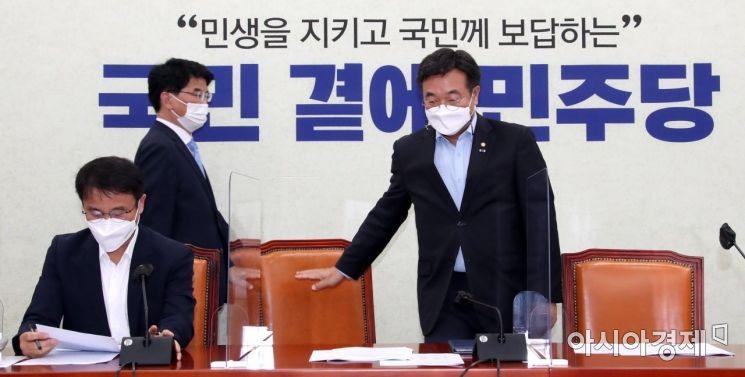 윤호중 더불어민주당 원내대표와 박완주 정책위의장이 22일 국회에서 열린 원내대책회의에 참석하고 있다./윤동주 기자 doso7@