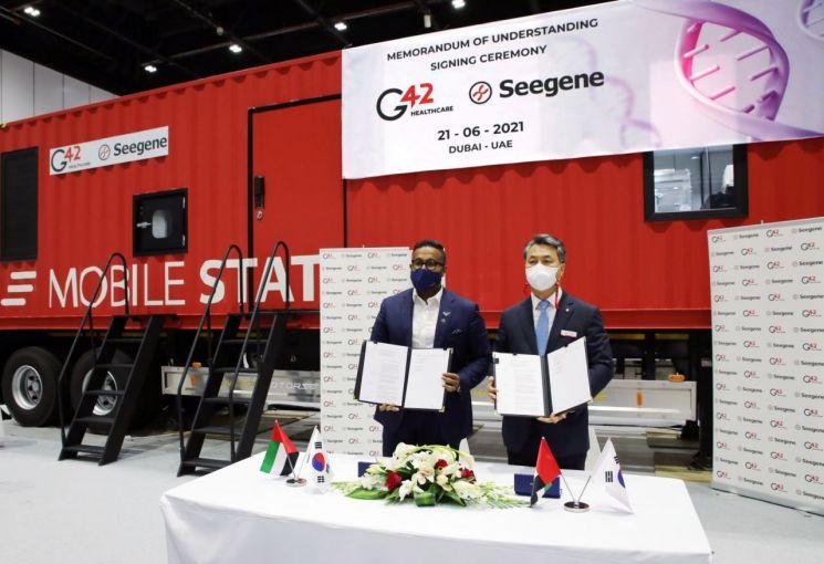 MEDLAB2021에서 박지훈 씨젠 중동 법인장(오른쪽)과 아시시 코쉬 G42 CEO가 씨젠의 모바일스테이션 중동 및 북아프리카 시장 진출을 위한 업무 협약(MOU)을 체결하고 기념촬영을 하고 있다.(사진제공=씨젠)