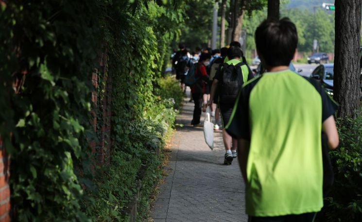 신종 코로나바이러스 감염증(코로나19) 대응을 위한 사회적 거리두기 개편에 따라 2학기부터 전국 주간 하루 평균 확진자가 1천명 미만인 거리두기 2단계까지 각급 학교 학생들은 매일 학교에 간다. [이미지출처=연합뉴스]