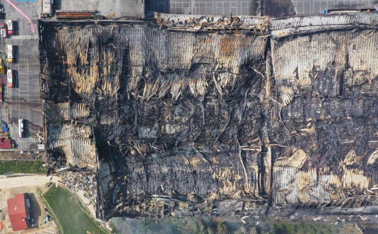 지난 17일 화재가 발생한 경기도 이천시 마장면 쿠팡 덕평물류센터가 폭격을 맞은 듯 뼈대를 드러내고 있다. [이미지출처=연합뉴스]
