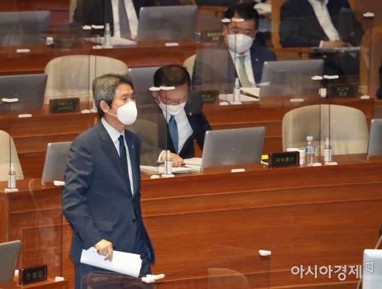 이인영 통일부 장관이 22일 국회 본회의에서 열린 정치·외교·통일·안보 분야 대정부 질문에 출석, 의원의 질의에 답변하기 위해 단상으로 나가고 있다./윤동주 기자 doso7@