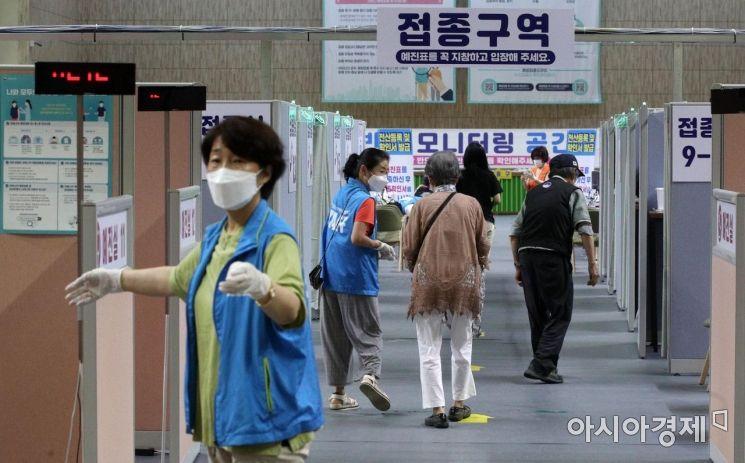 코로나19 백신 1차 접종자가 1천 500만명을 넘어서면서 접종률도 30%에 육박한 22일 서울 동작구 예방접종센터 모습. 이날 0시 기준 코로나19 백신 1차 접종자는 2만231명 늘어 누적 1503만9998명을 기록했다. 전체 인구의 29.3%다. 2차 접종까지 모두 마친 인원은 416만7533명으로 전국민 대비 8.1% 수준이다./김현민 기자 kimhyun81@