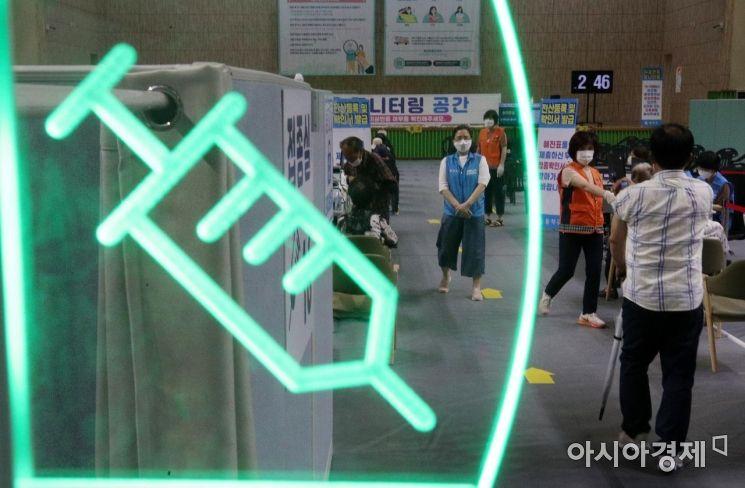 22일 서울 동작구 예방접종센터에서 접종 절차가 진행되고 있다./김현민 기자 kimhyun81@