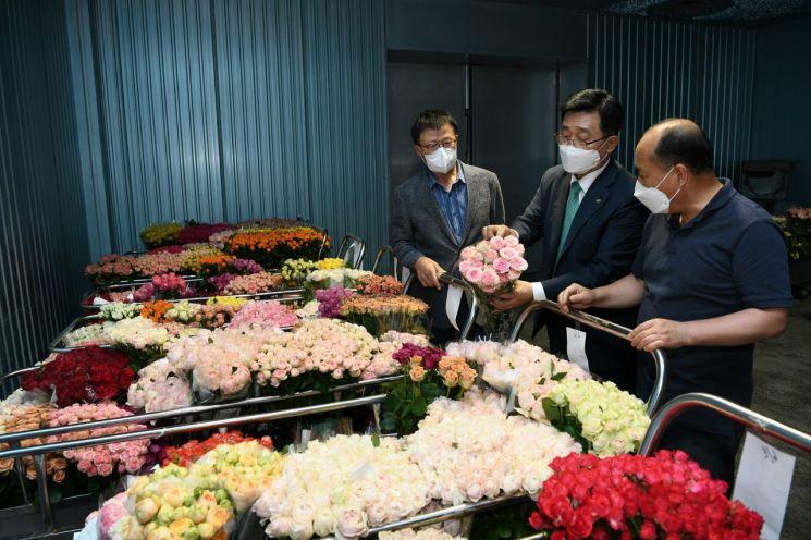 김춘진 한국농수산식품유통공사(aT·가운데) 사장이 22일 취임 100일을 맞았다.(사진제공=aT)