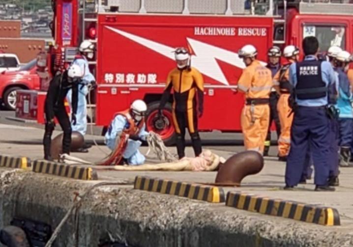 일본 한 부두 앞바다에서 발견된 리얼돌. /사진=트위터 캡처