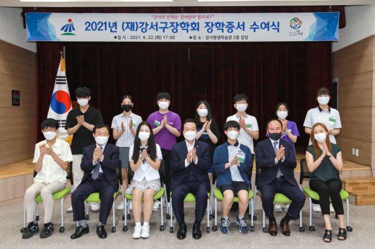 [포토]노현송 서울 강서구청장, 성적 우수 장학생 66명 장학증서 수여