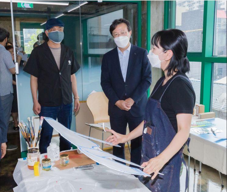 [포토]채현일 영등포구청장, 문래예술종합지원센터 방문 대화 나눠