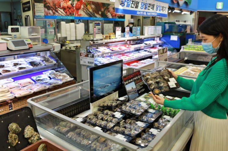 롯데마트가 오는 24일부터 30일까지 전 점에서 인기 수산물을 할인 판매하는 행사를 연다.