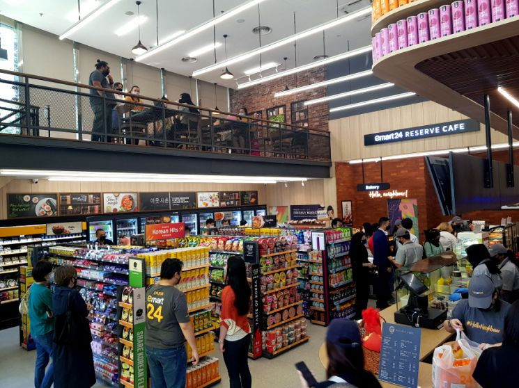 24일 정식 오픈을 앞두고 가오픈한 이마트24 말레이시아 1호점에서 현지 고객들이 쇼핑을 하고 있다(사진제공=이마트24).