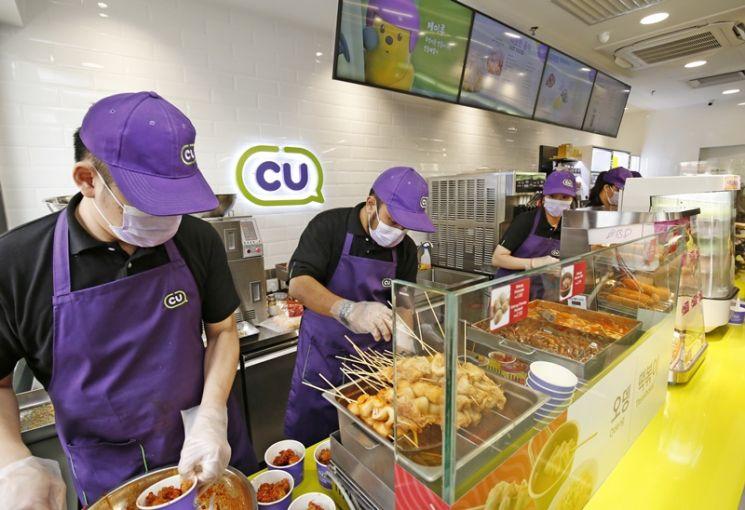 CU 말레이시아 1호점에서 직원들이 닭강정, 핫도그, 떡볶이 등 한국식 즉석조리식품을 준비하고 있다(사진제공=CU).