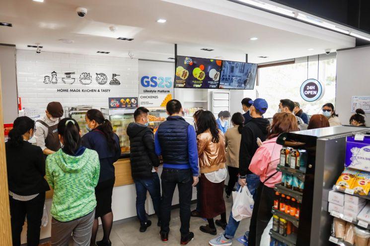 지난달 오픈한 GS25 몽골 니스렐점에 고객들이 붐비고 있다(사진제공=GS25),