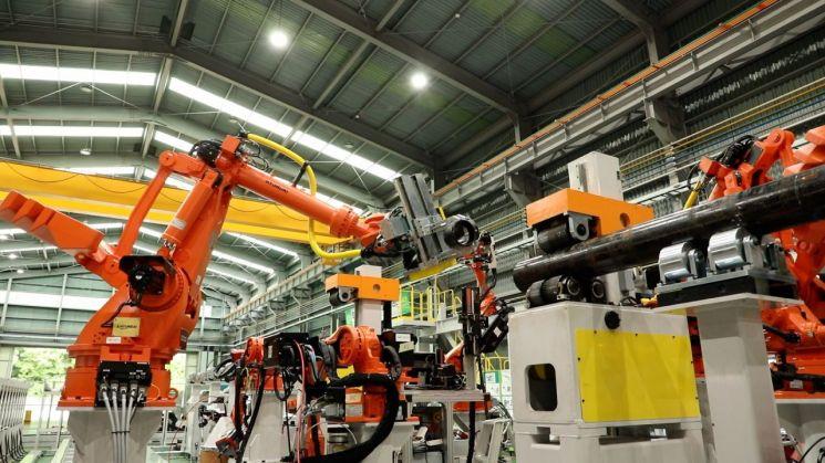 삼성엔지니어링이 현대로보틱스와 협업을 통해 스마트 로봇을 활용한 첫 배관 생산에 성공했다. 이번 생산은 배관스풀 용접 핵심 공정을 자동화한 세계 최초의 사례다. 스마트 로봇이 배관스풀을 제작하고 있다./사진제공=삼성엔지니어링