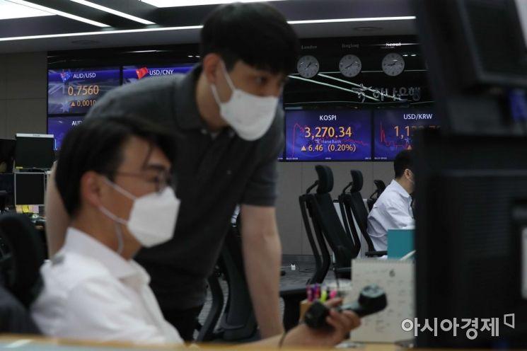 미국 증시 훈풍에 힘입어 코스피 지수가 장 초반 상승세를 보이고 있는 23일 서울 을지로 하나은행 딜링룸에서 딜러들이 업무를 보고 있다. /문호남 기자 munonam@