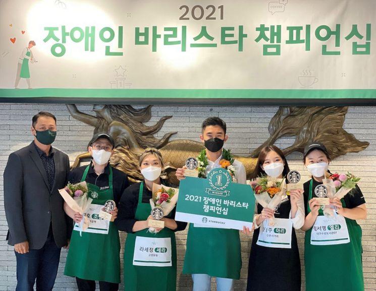2021년 장애인 바리스타 챔피언십 대회에서 우승한 김동민 서울대치과병원점 청각장애인 파트너가 기념촬영을 하고 있다.