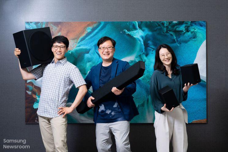 프리미엄 사운드바 HW-Q950A를 개발한 삼성전자 영상디스플레이사업부 오민교 프로(왼쪽부터), 박해광 프로, 최신혜 프로(사진출처=삼성전자 뉴스룸)