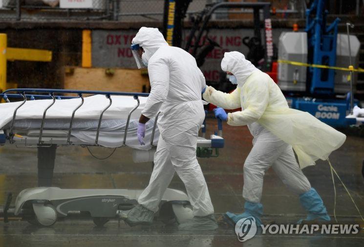 미국 뉴욕시에서 의료진들이 코로나19 사망 환자를 이송하고 있다. / 사진=연합뉴스