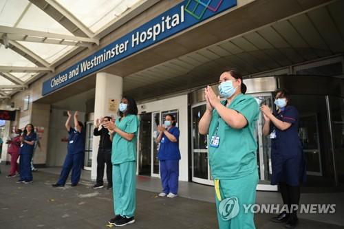 국민보건서비스(NHS) 박수치기 행사에 나선 영국 의료진들 / 사진=연합뉴스