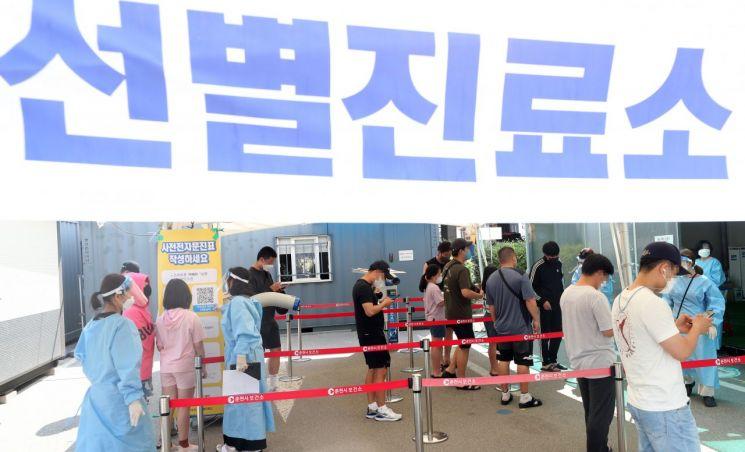 21일 강원 춘천시보건소에 마련된 선별진료소가 코로나19 검사를 기다리는 시민들로 붐비고 있다. [이미지출처=연합뉴스]
