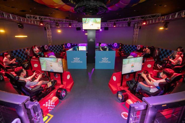 롯데월드가 넥슨의 '카트라이더'를 테마파크 어트랙션으로 구현한 '월드 카트레이싱'을 오픈했다. 사진은 월드 카트레이싱 게임 즐기는 방문객들. [이미지출처=연합뉴스]
