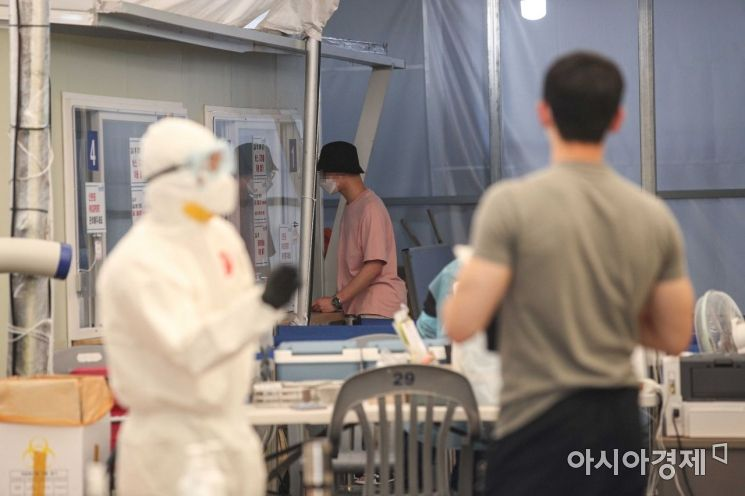 23일 서울 송파구청에 마련된 선별진료소를 찾은 시민들이 검사를 받고 있다./강진형 기자aymsdream@