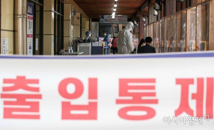 서울 송파구청에 마련된 선별진료소를 찾은 시민들이 검사를 받기 위해 기다리고 있다./강진형 기자aymsdream@