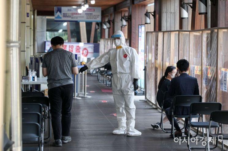 23일 서울 송파구청에 마련된 선별진료소를 찾은 시민들이 검사를 받기 위해 기다리고 있다./강진형 기자aymsdream@