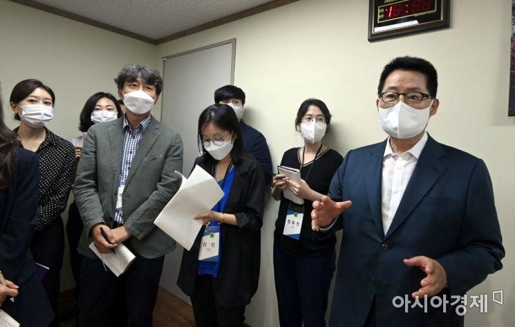 박지원 국가정보원장이 23일 북한이탈주민보호센터 조사실에서 기자들에게 시설현황 등에 대해 설명하고 있다. /사진공동취재단