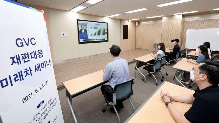 KOTRA는 24일 '글로벌 가치사슬(GVC) 재편 대응 미래차 설명회'를 온라인으로 열었다. 사진은 서울 서초구 KOTRA 본사에서 온라인 설명회를 사전 진행하는 모습이다./사진제공=KOTRA