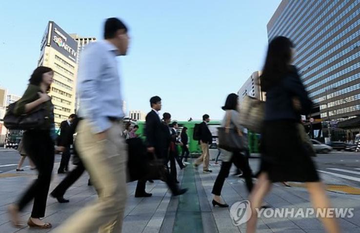 시민들이 출근길 발걸음을 재촉하고 있다. [이미지출처=연합뉴스]
