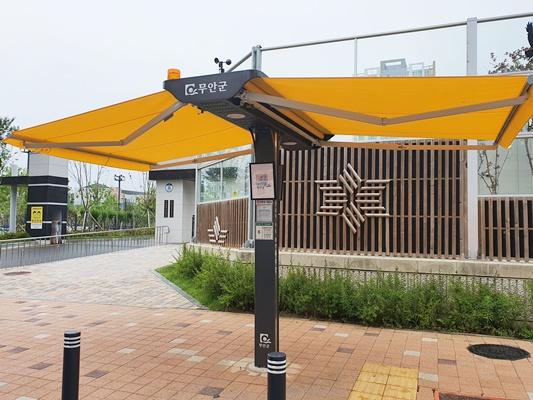 오룡신도시 행복초등학교 근처에 설치한 스마트그늘막은 노란색 원단을 사용했다. (사진=무안군 제공)