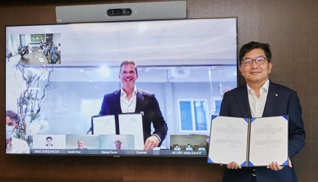 나경수 SK종합화학 사장(오른쪽)과 북미 루프인더스트리사의 다니엘 솔로미타 대표가 전략적 투자협약을 체결하고 기념촬영하고 있다.[사진제공=SK종합화학]