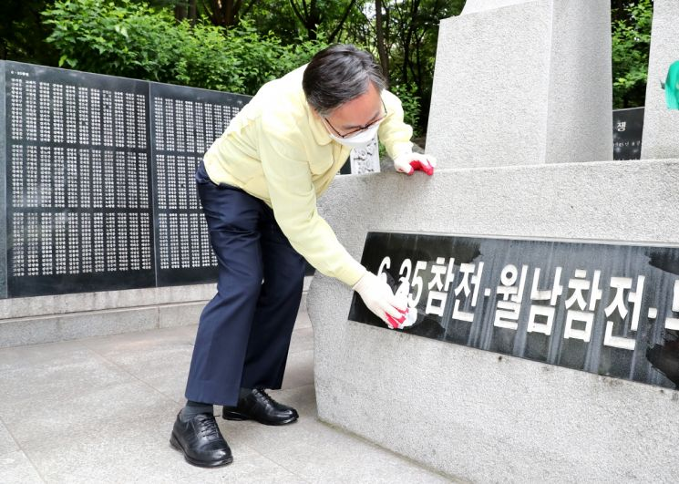성훈 금천구청장이 23일 보훈의 달을 맞아 금천구 참전기념비 환경정비를 하고 있다.