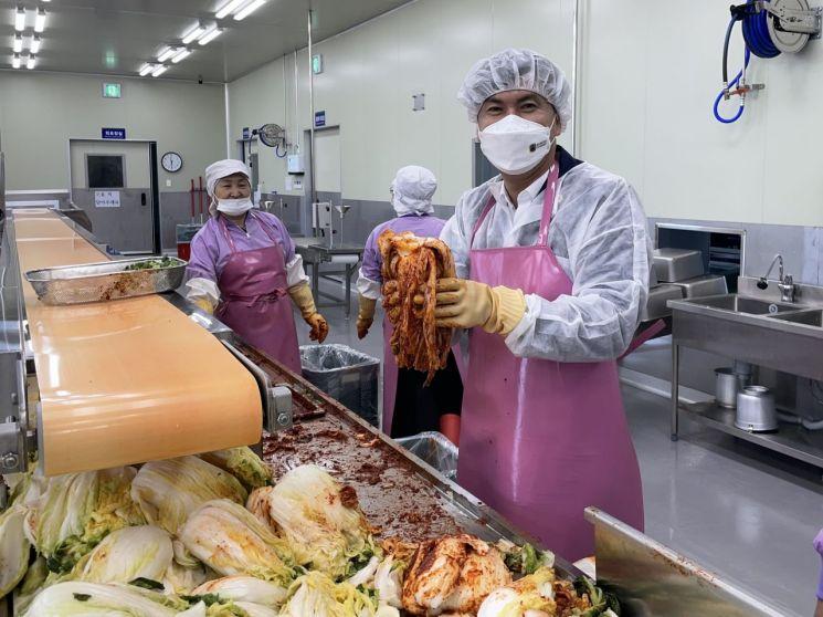 이혁제 의원은 목포대양산단의 김치명가 고담채를 방문해 김치 제조 과정을 직접 체험하고 애로사항을 청취했다. 사진=전남도의회 제공