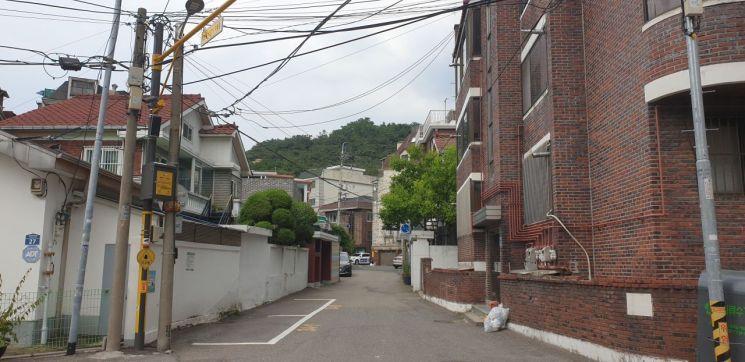 정부의 도심 공공주택 복합지구로 선정된 서울 홍제동 일대 저층주거지. 8년째 멈춘 개발이 다시 추진될 가능성이 높아지면서 외지인들의 매수세도 늘고 있다.  (사진=류태민 기자)