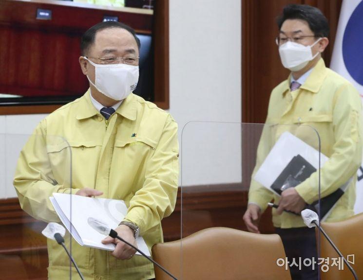 [포토] 비상경제 중대본회의 참석하는 홍남기 부총리