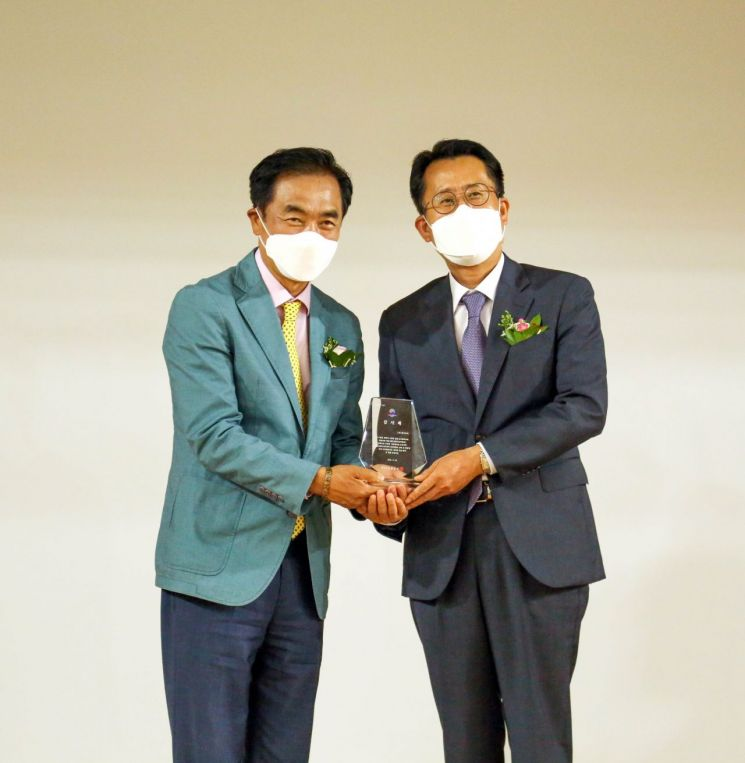 정장선 평택시장(왼쪽)에게 감사패를 수여받고 있는 윤재업 KCC 상무(오른쪽). [사진제공=KCC]