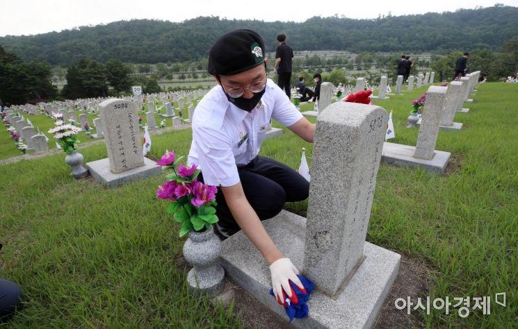 [포토] 6.25 전사자 묘역에서 봉사하는 학군장교 후보생