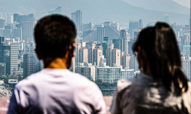 서울 남산을 찾은 시민들이 서울 강남 일대를 보고 있는 모습 [이미지출처=연합뉴스]