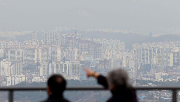 시민들이 서울시내 아파트를 보고 있다. 사진은 기사 중 특정 표현과 무관. [이미지출처=연합뉴스]