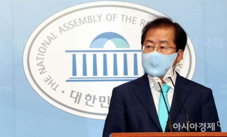 1년 3개월만에 국민의힘 복당의 결정된 홍준표 의원이 24일 국회 소통관에서 기자회견을 하고 있다./윤동주 기자 doso7@