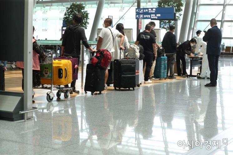 코로나19 변이 바이러스의 확산이 우려되고 있는 24일 인천국제공항 1터미널 출국장에서 중국행 이용객들이 탑승 수속을 위해 줄을 서고 있다. /문호남 기자 munonam@