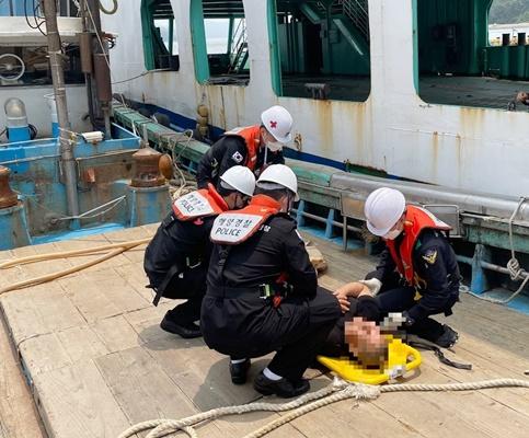 지난 23일 신안군 임자도 인근 해상에서 A호의 선원이 가슴통증과 함께 호흡곤란 증세를 보여 해경이 긴급 이송했다. (사진=목포해양경찰서 제공)