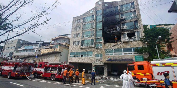 24일 오후 2시 30분께 부산 사하구 감천동에 있는 5층짜리 빌라 2층에서 불이 나 2명이 숨졌다. [이미지출처=부산경찰청]