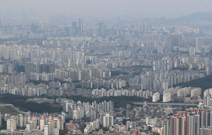 24일 남한산성에서 내려다 본 서울 송파, 강남 일대 아파트 단지 <사진=연합뉴스>