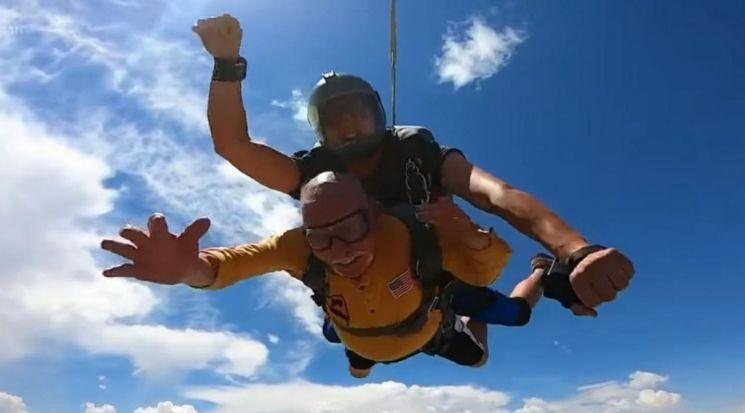 지난 19일 미국 유타주에 사는 한국전쟁 참전 용사 조지프 데일 자라밀로(90)가 프로 다이빙 선수의 도움을 받아 스카이다이빙에 도전하고 있다. 사진=스카이다이브 유타 영상 캡처