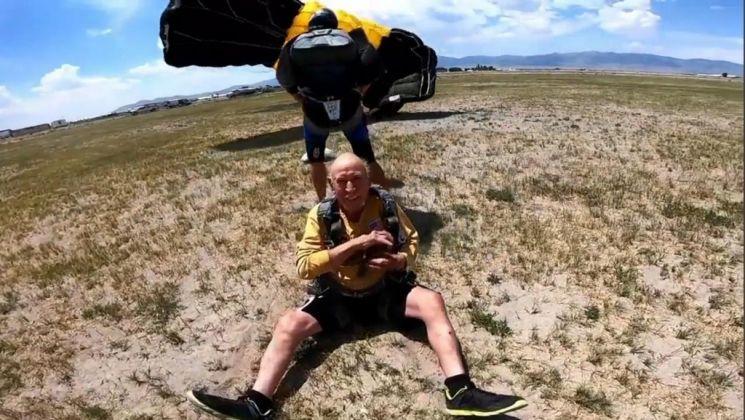 자라밀로가 낙하산을 타고 무사히 착지하며 환하게 웃고 있다. 사진=스카이다이브 유타 영상 캡처