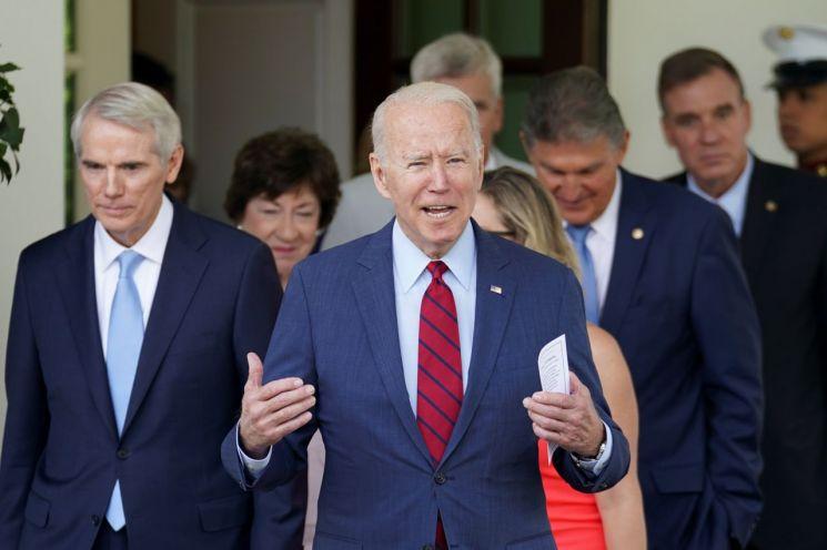 조 바이든 대통령이 백악관에서 초당파 의원들과 인프라 투자에 대해 대화한 후 발언하고 있다. [이미지출처=로이터연합뉴스]